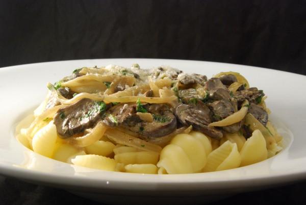 Pasta mit Ragout und etwas Parmesan