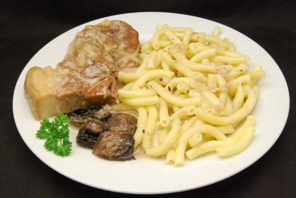 Herrlicher Braten mit Champignons, Pasta und Sauce