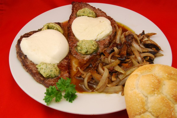 Steaks mit Zwiebeln und Pilzen und viel Sauce