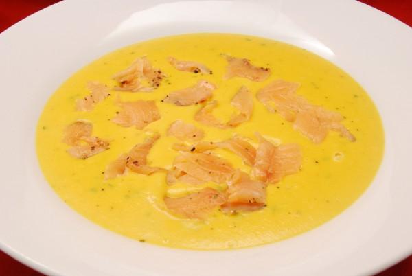 Sämige Suppe mit Lachs