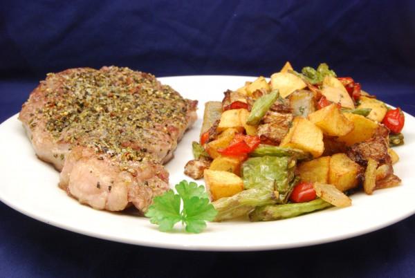 Steak mit frittierten Kartoffeln und Gemüse