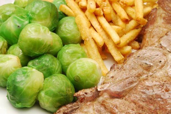 Koteletts, Pommes und Gemüse