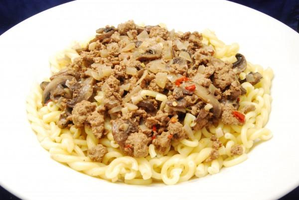 Gemischte Pasta mit Hackfleisch, Champignons und Sauce