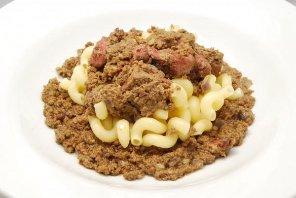 Pasta und feste Saucenbestandteile in der Mitte, Sauce drumherum