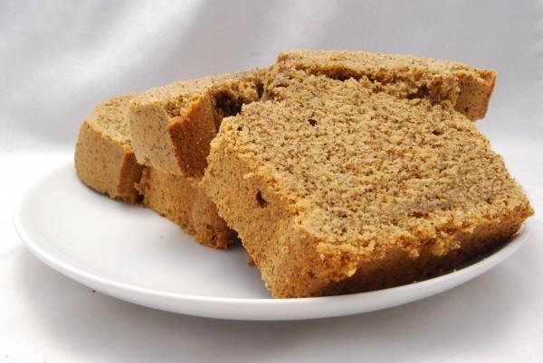 Wohlschmeckender, aufgrund der Flüssigkeit im Kuchen leicht gebrochener Kaffeekuchen