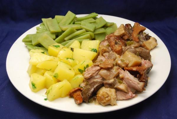 Kotelett, Bohnen und Kartoffeln mit Pilzen und viel Sauce