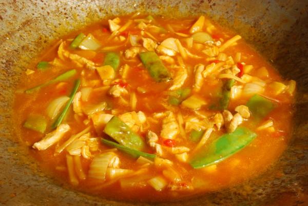 Zutaten mit Suppe im Wok