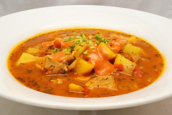 Im tiefen Suppenteller mit Rouilette und Fenchelgrün angerichtet