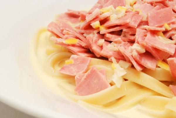 Pasta, Schinken, Zitronenschale und sehr viel Sauce