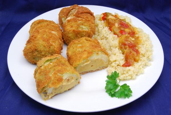 Panierte und frittierte Röllchen, Bulgur und Sauce