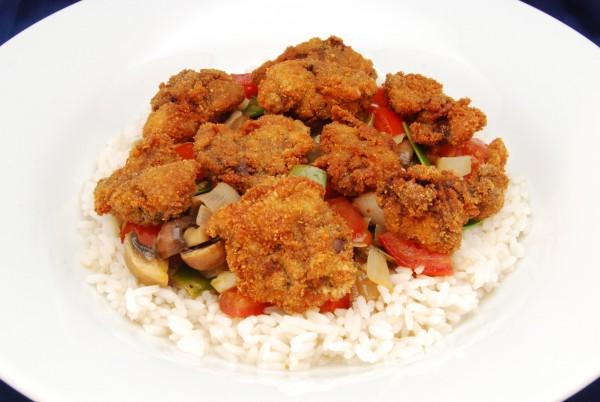 Frittierte Lebern obenauf, darunter Gemüse und Reis mit Sauce
