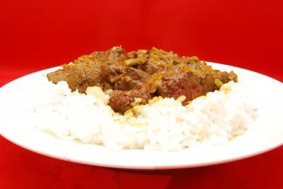 Leckeres Geschnetzeltes mit viel Sauce und Reis