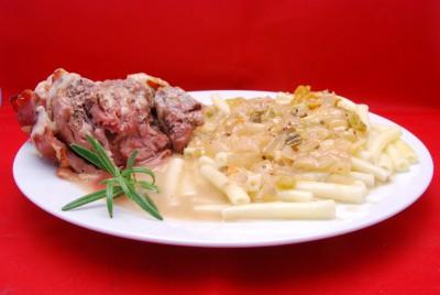 Leckere, gefüllte Keule mit Pasta und viel Sauce