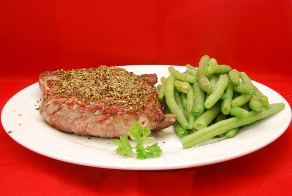 Schmackhaftes Steak mit Böhnchen