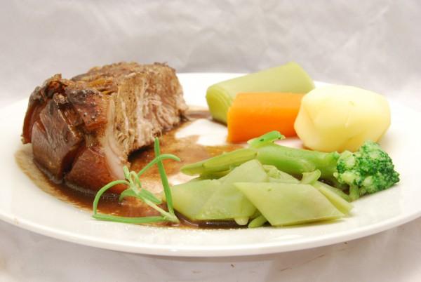 Leckerer Braten, schwere, schmackhafte Sauce und Gemüse