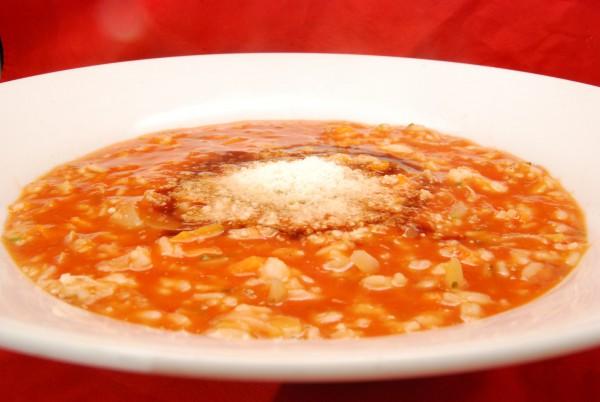 Leckere Suppe, mit Balsamico-Essig und Parmesan garniert