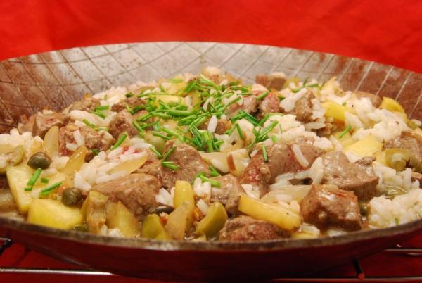 Leckeres Gericht mit Leber, Apfel, Reis u.a.m.