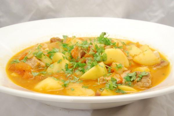 Leckerer Eintopf mit Fleisch, Kartoffeln und Gemüse