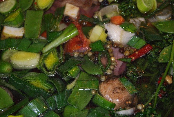 Mit Hähnchen, Gemüse und Gewürzen