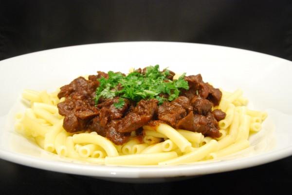 Schmackhaftes Innereien-Gericht mit Pasta und würziger Sauce