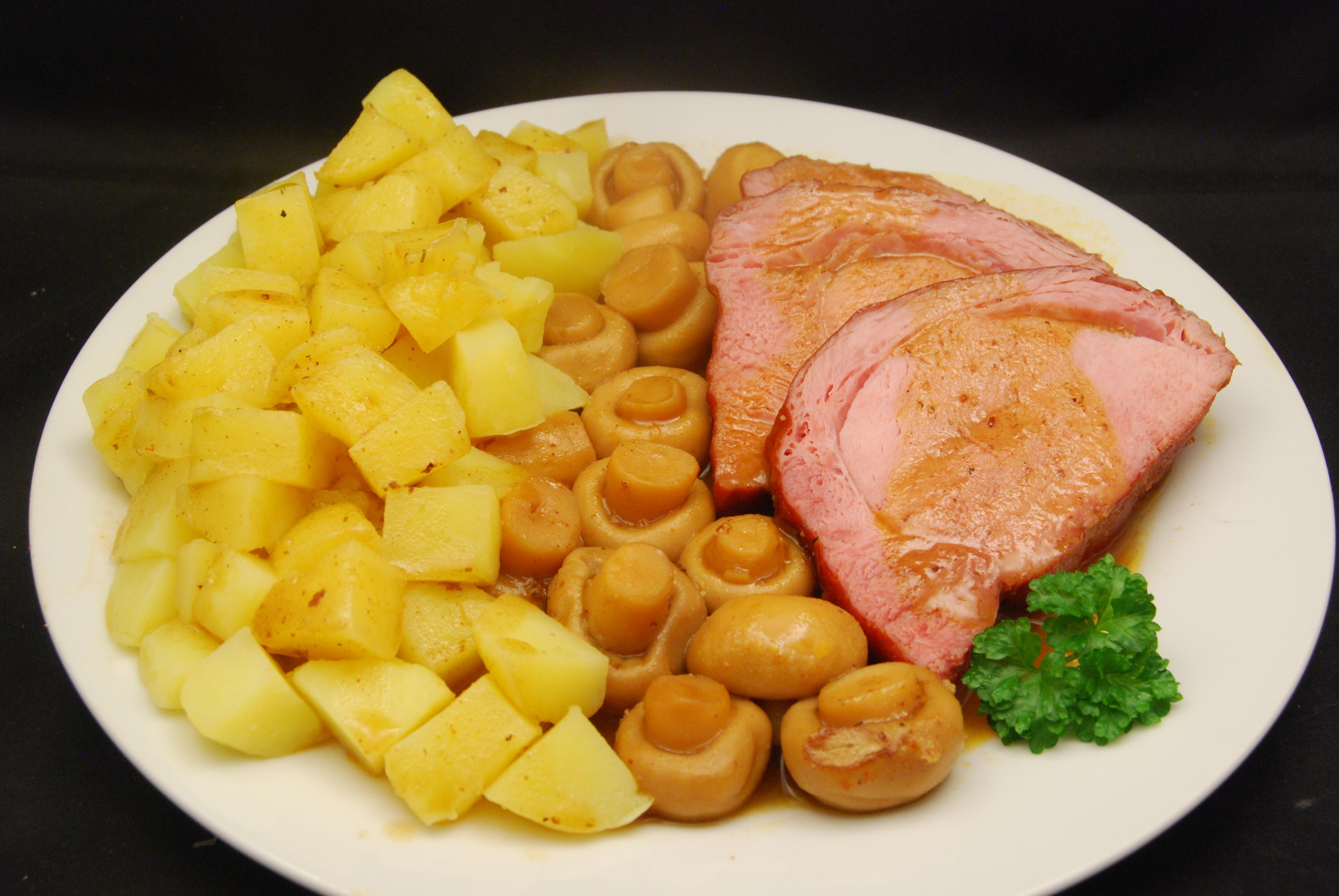 Leckerer Braten mit Champignons und Kartoffeln