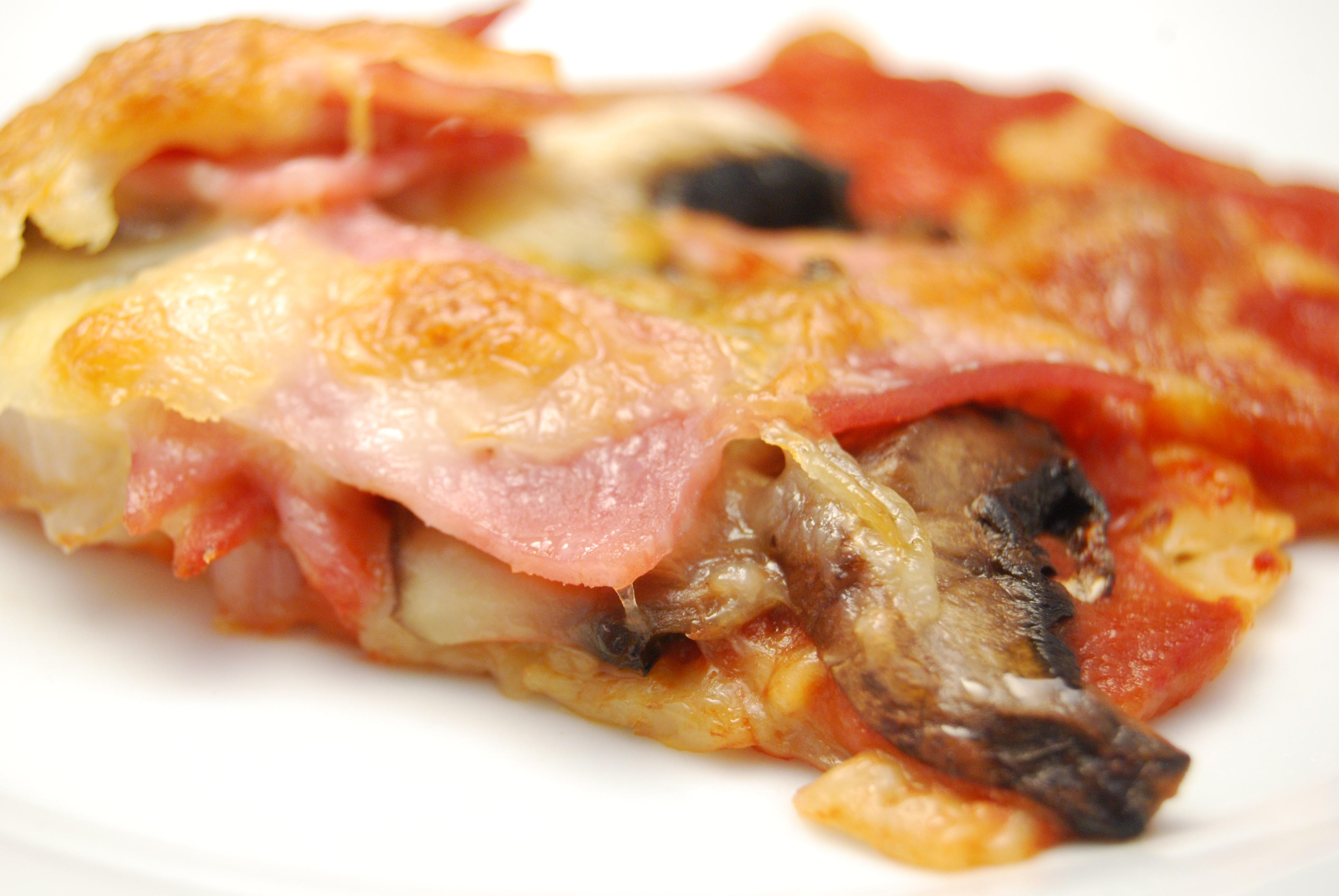 Schinken-Champignon-Zwiebel-Pizza