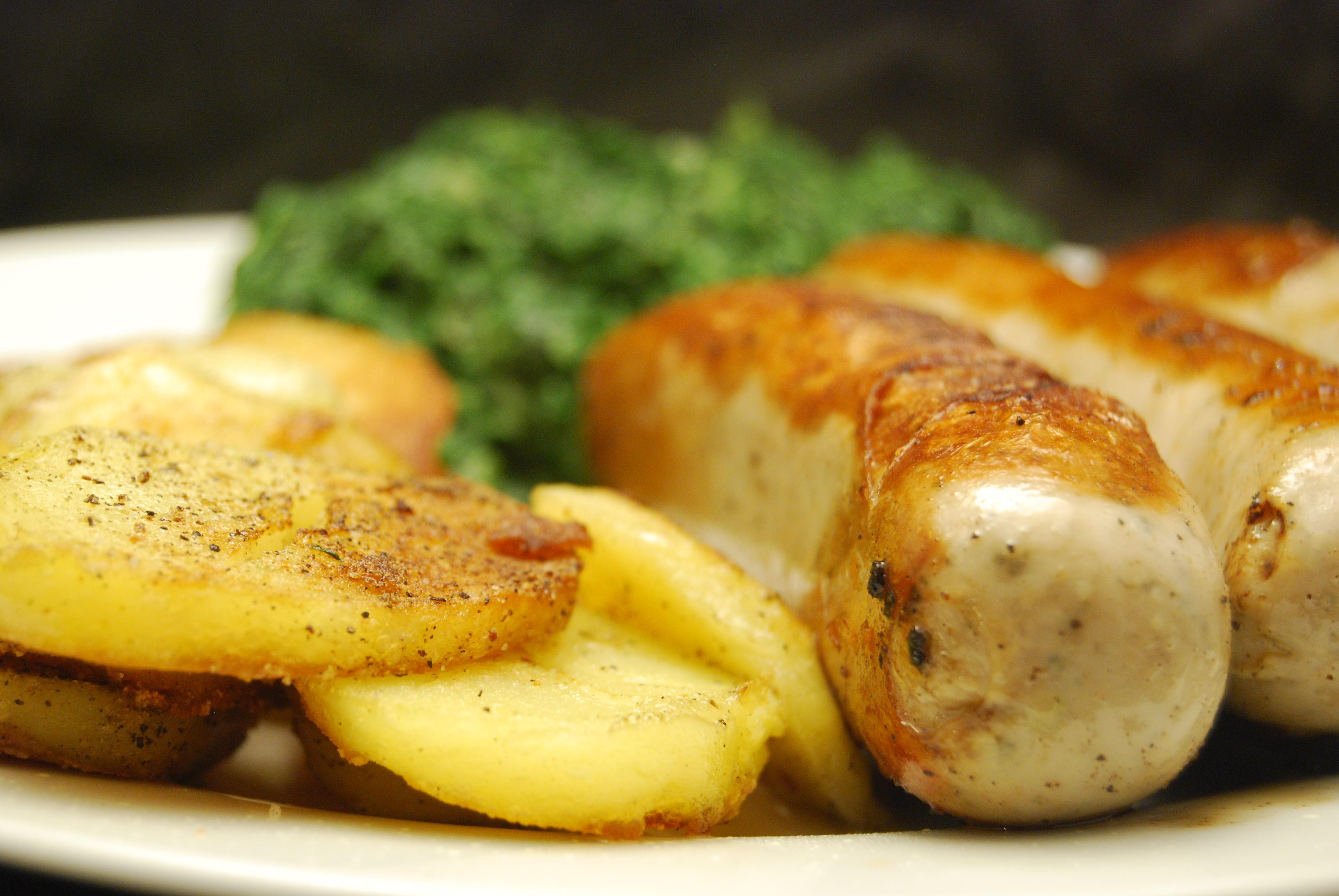 Bratwürste mit Spinat und Kartoffeln