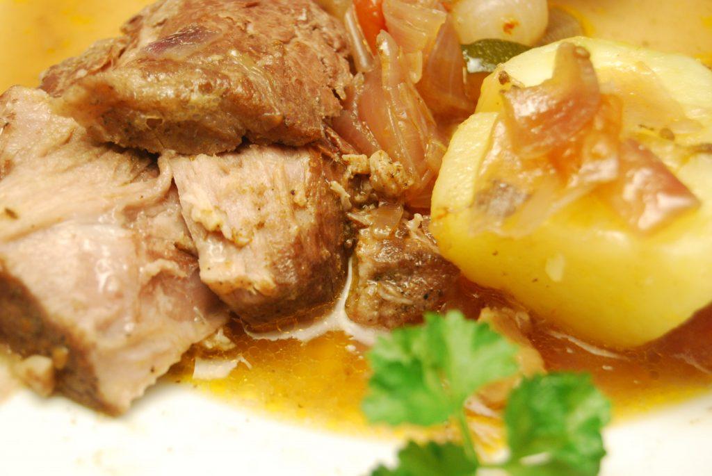 Schweinebraten mit Gemüse und Salzkartoffeln in Rotwein-Sauce