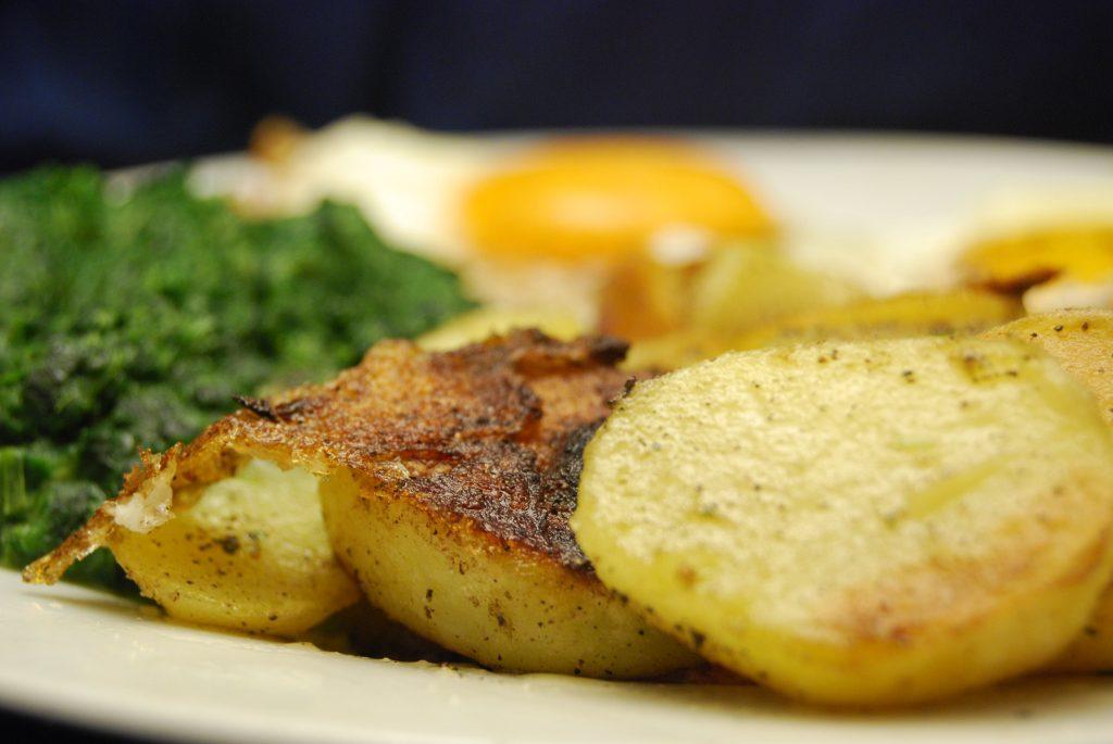 Spiegeleier mit Bratkartoffeln und Spinat