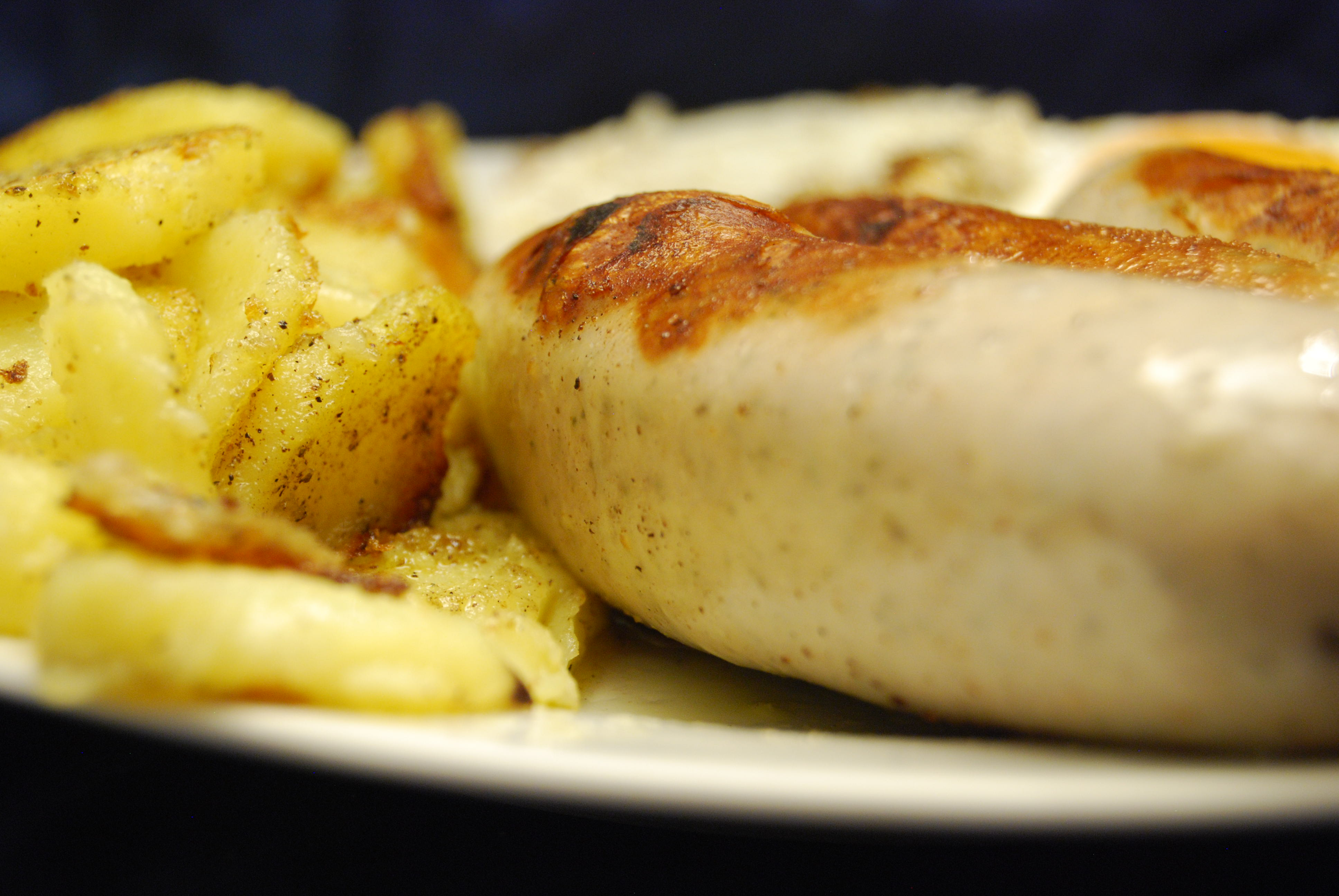 Bratwürste mit Bratkartoffeln und Spiegeleiern