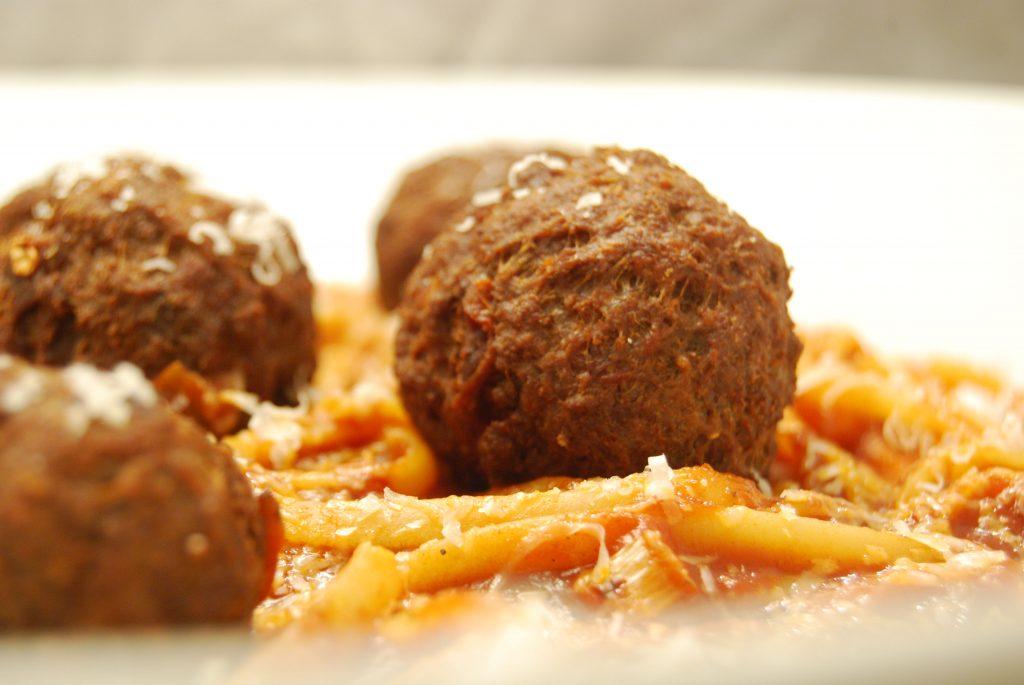 Linguine mit Hackfleisch-Bällchen in Tomaten-Sauce