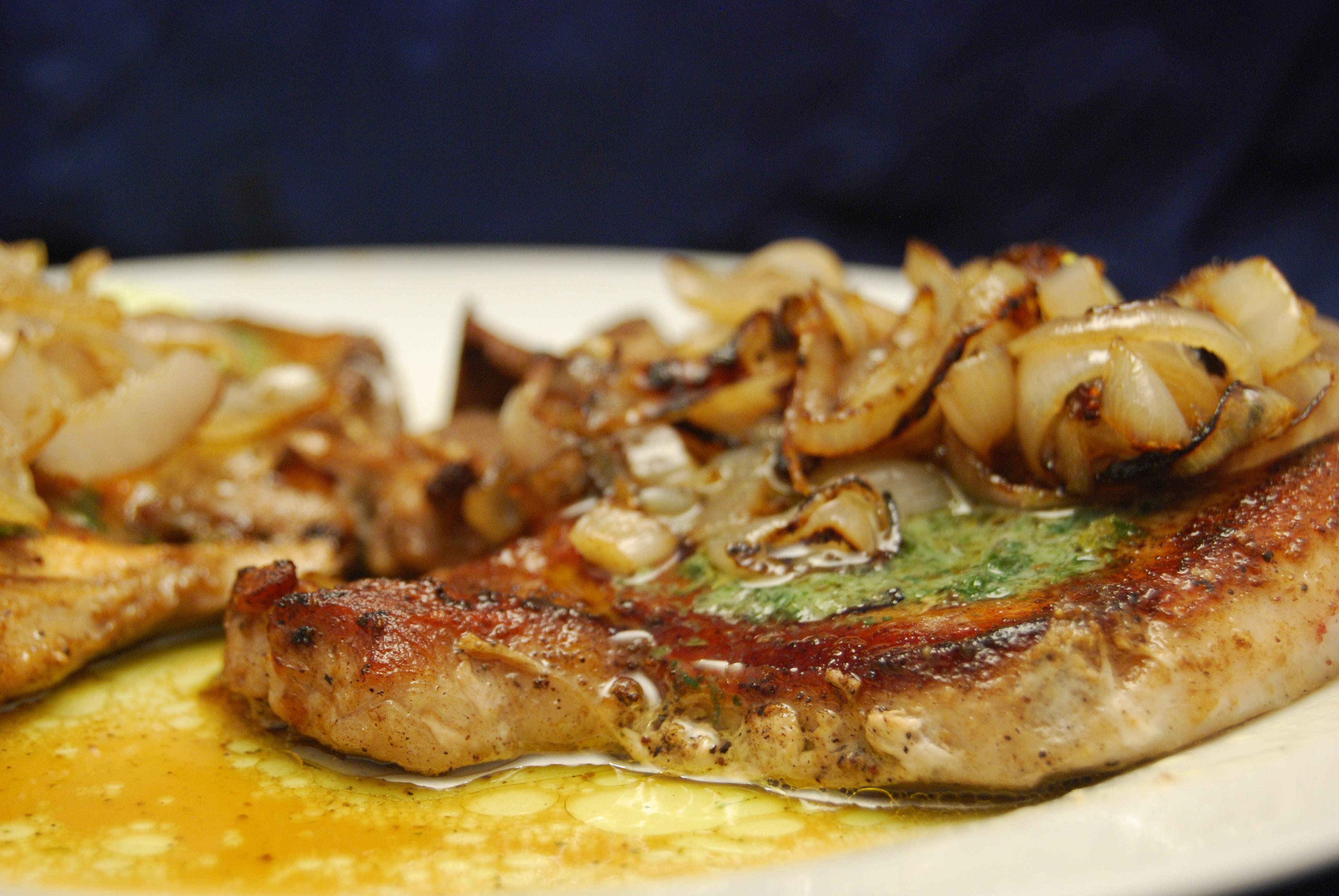 Schweine-Koteletts mit Zwiebeln und Kräuterbutter