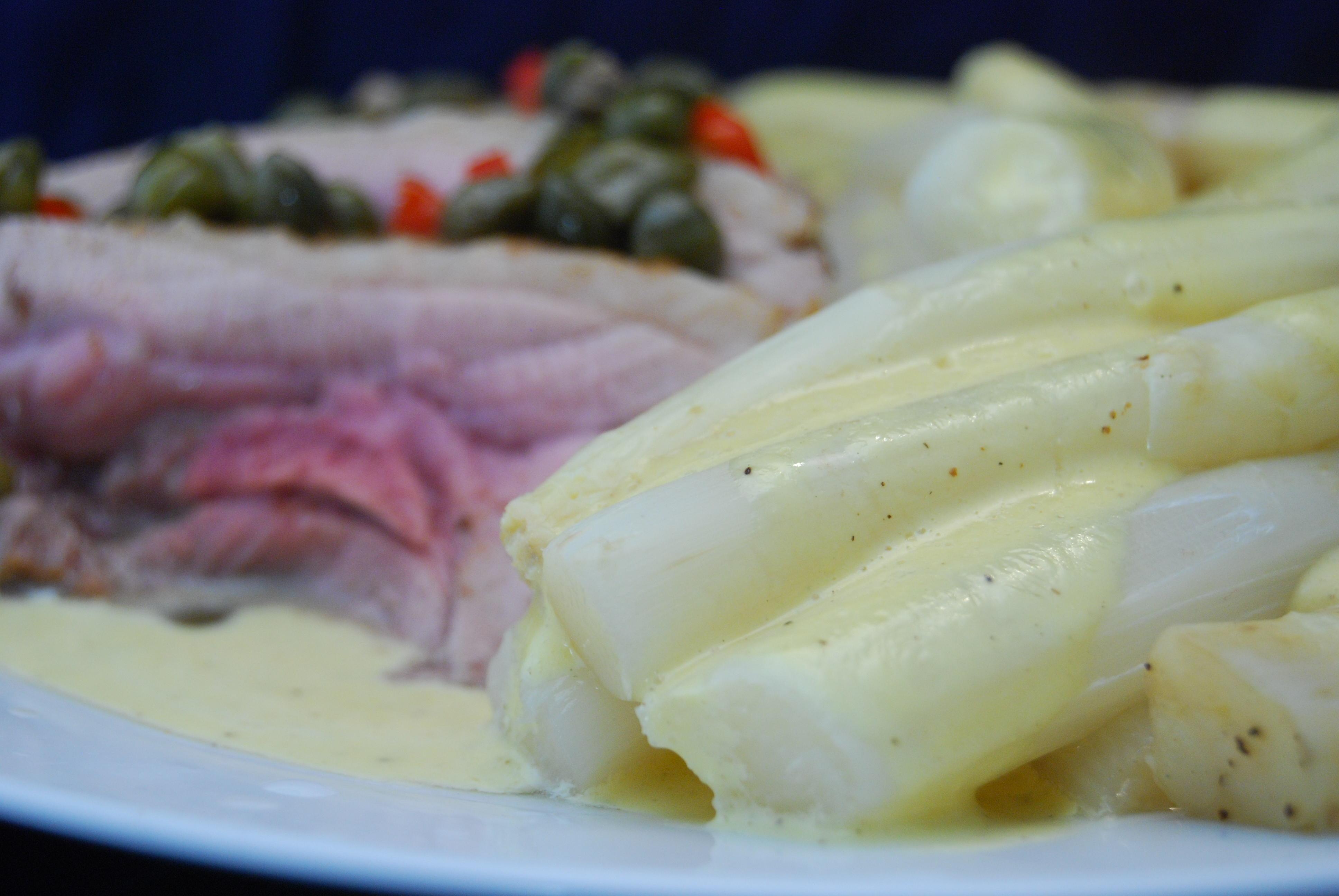 Putenoberkeule in Kapern-Chili-Weißwein-Sauce mit Spargeln und Mayonnaise