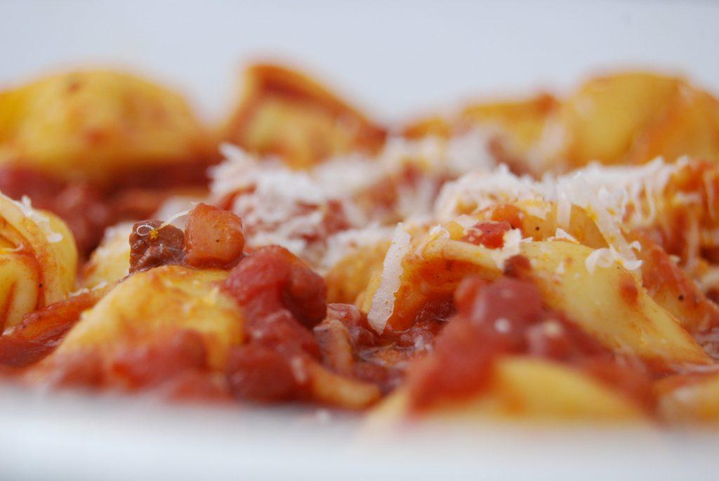 Tortellini in Knoblauch-Rotwein-Tomaten-Sauce