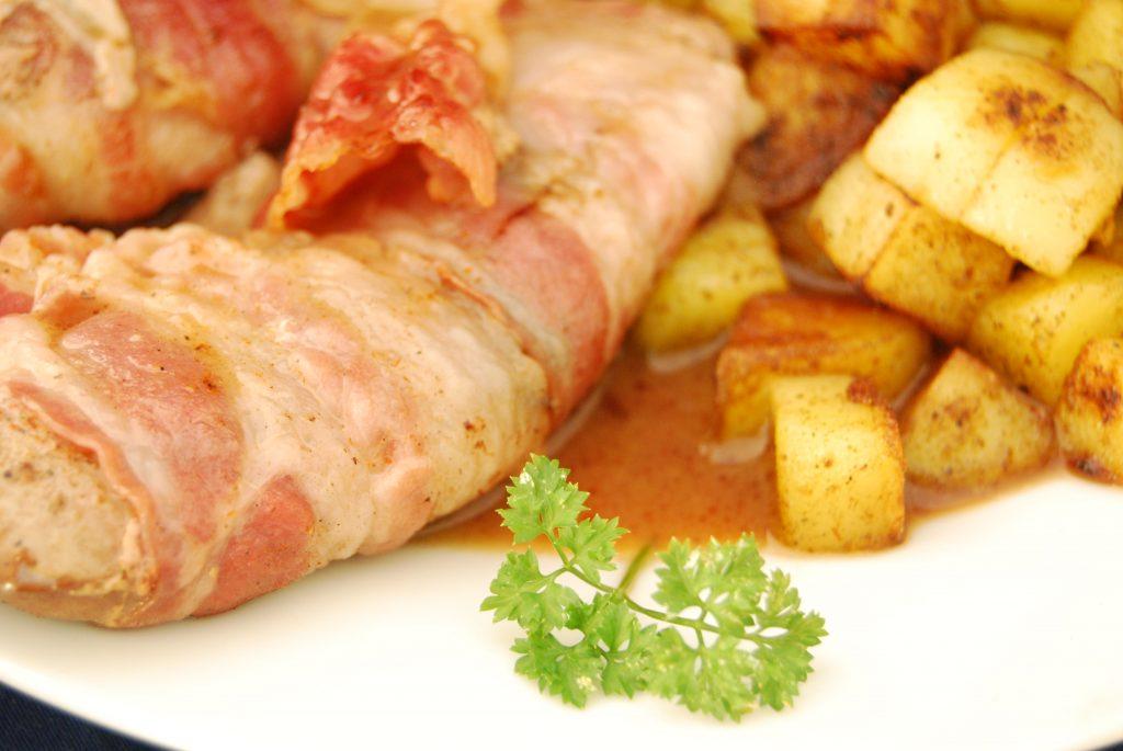 Flambierte Schweinenieren im Speckmantel mit Kartoffel-Macédoine