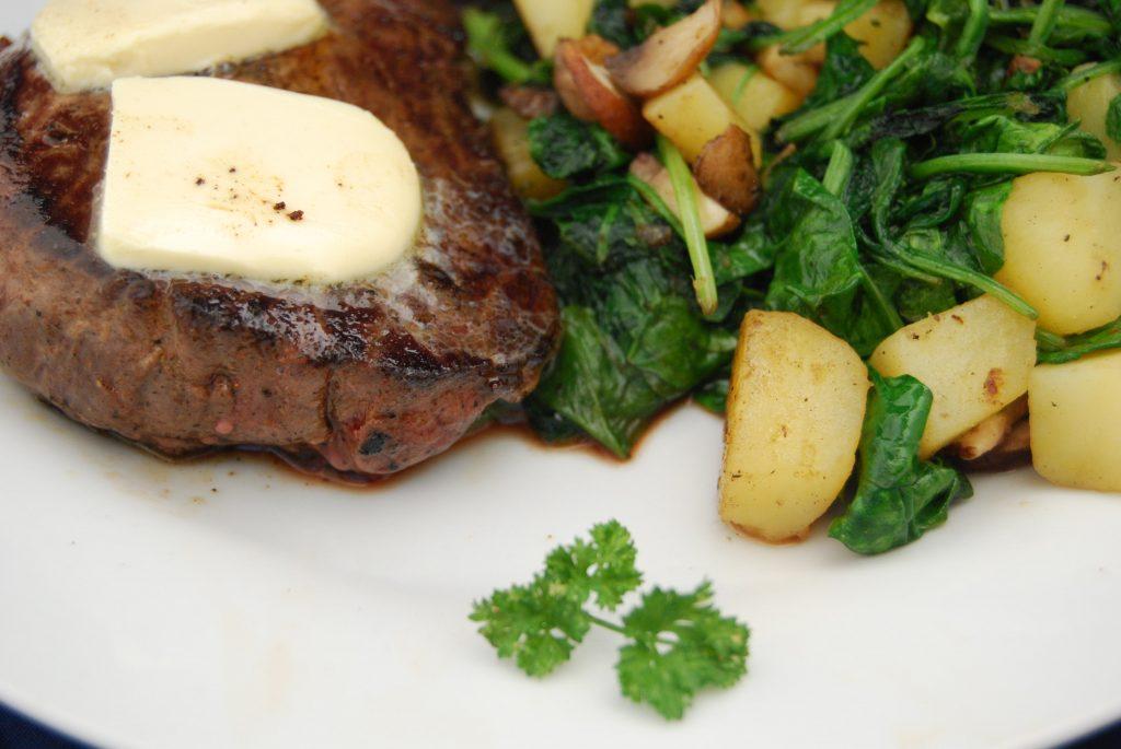 Pferde-Rumpsteak mit Knoblauch-Butter und Spinat-Champignons-Kartoffel-Gemüse