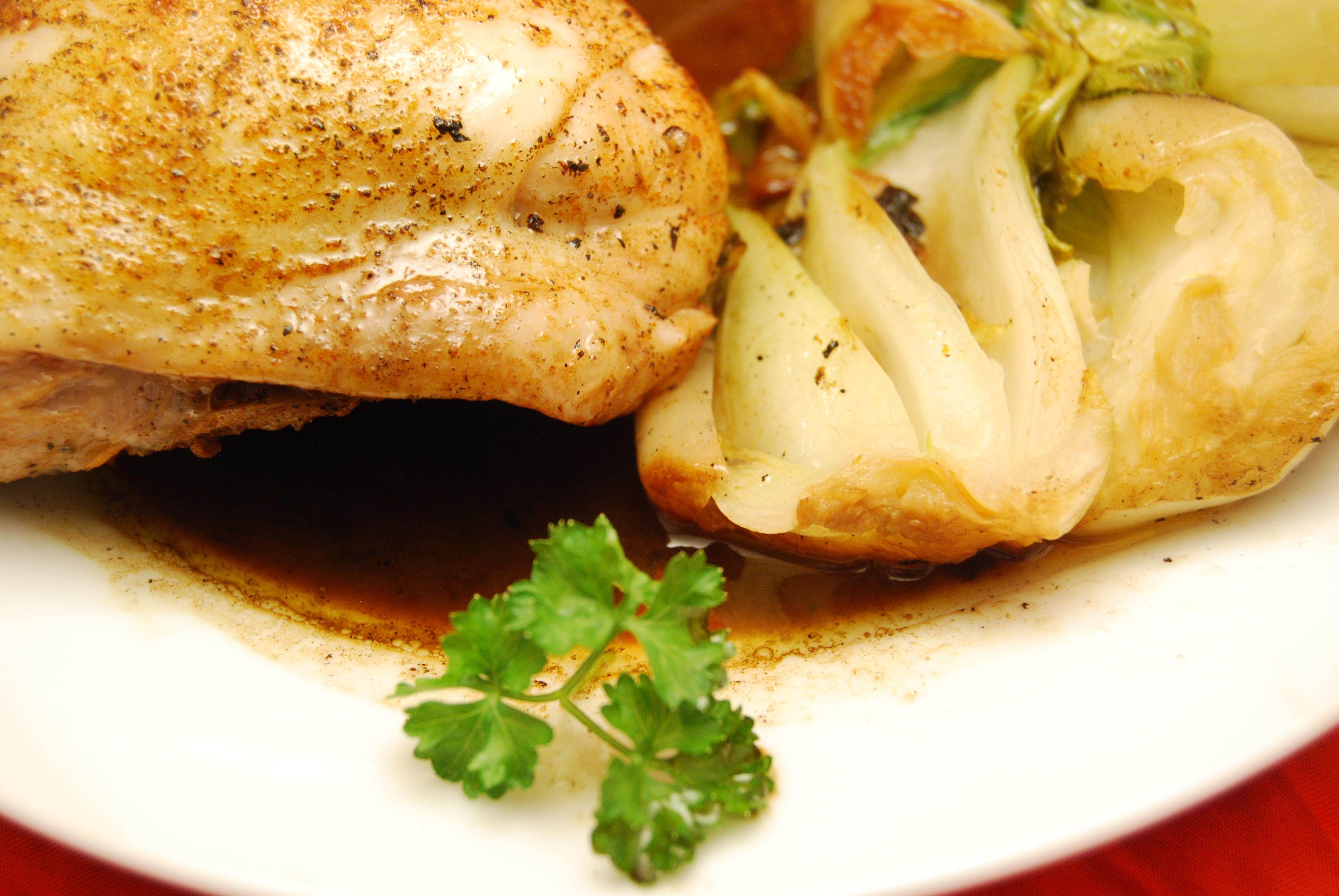 Hähnchenschenkel mit Mini-Wok-Choi in Weißwein-Sauce