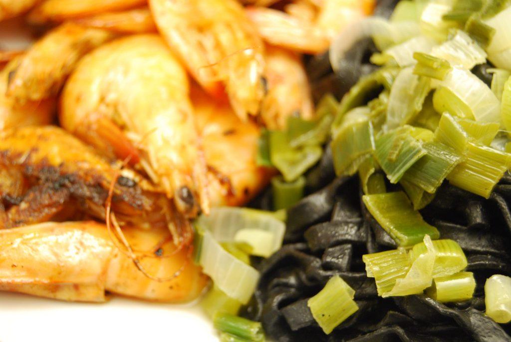 Krevetten mit schwarzen Bandnudeln in Lauchzwiebel-Weißwein-Sauce