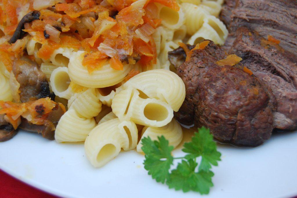 Pferdebraten in Gemüse-Sauce mit Hörnchennudeln