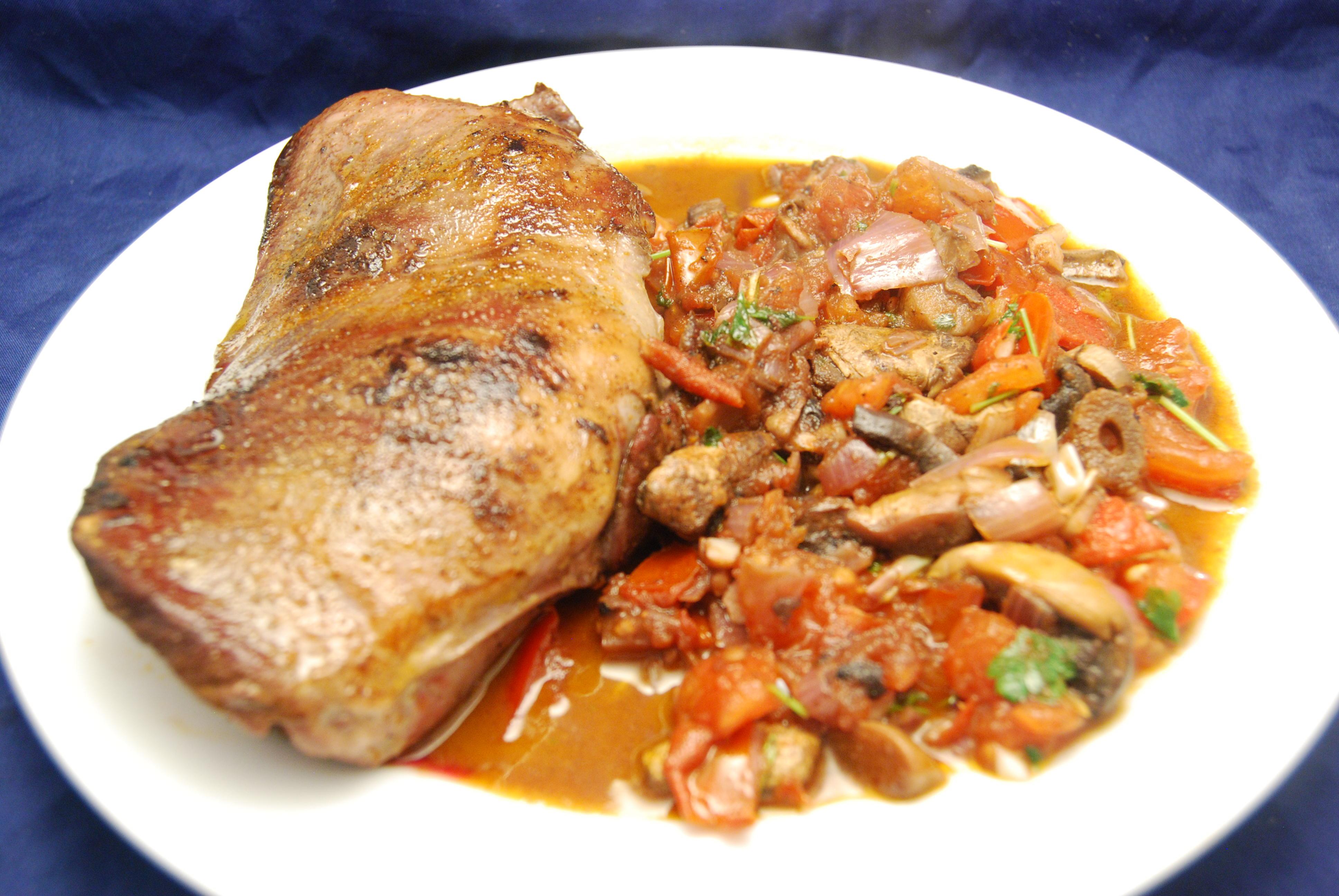 Schweineherz-Steak mit Tomaten-Champignon-Gemüse