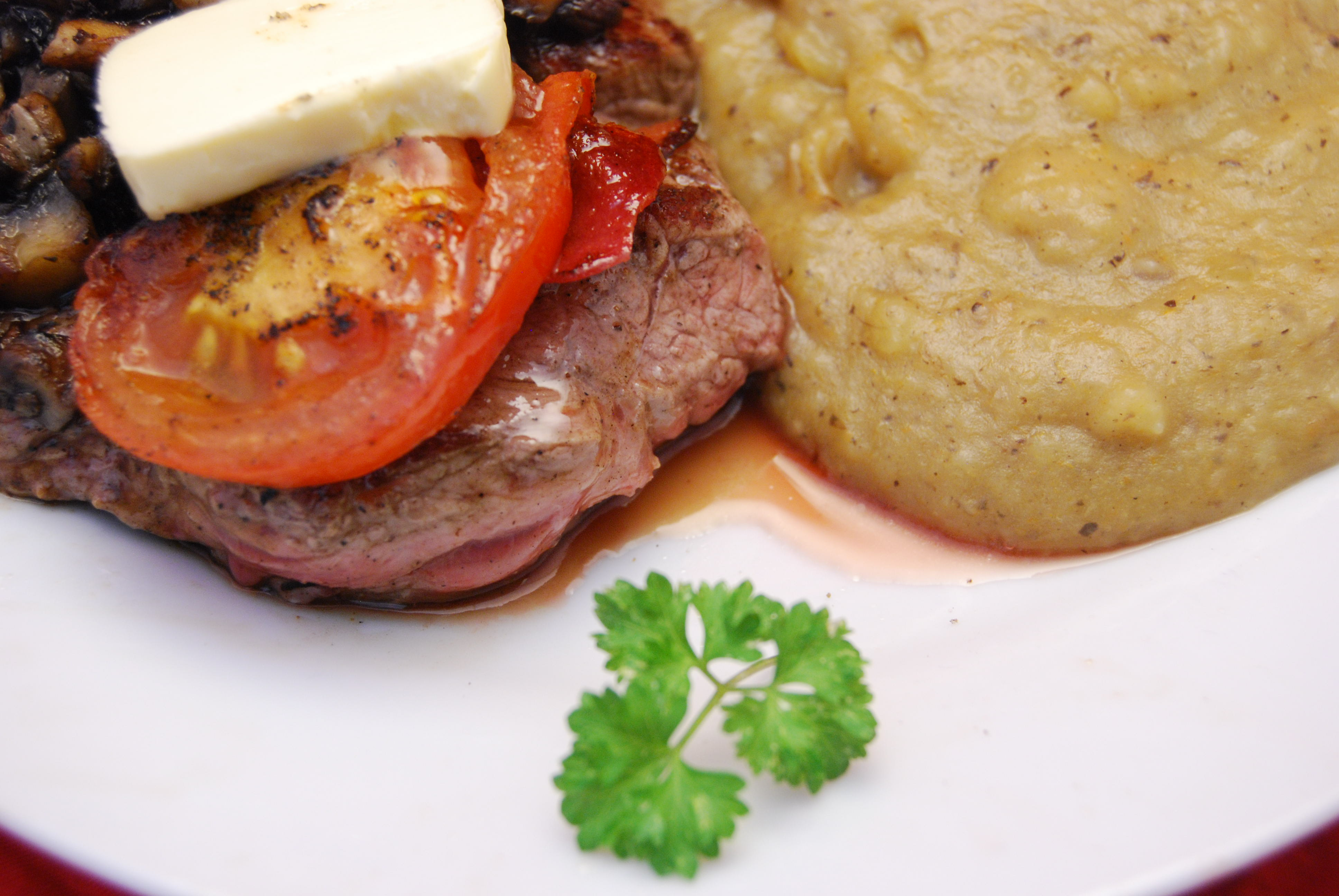 Rinder-Hüftsteak mit Speck, Tomate, Champignon und Knoblauchbutter und Kartoffel-Gemüse-Püree