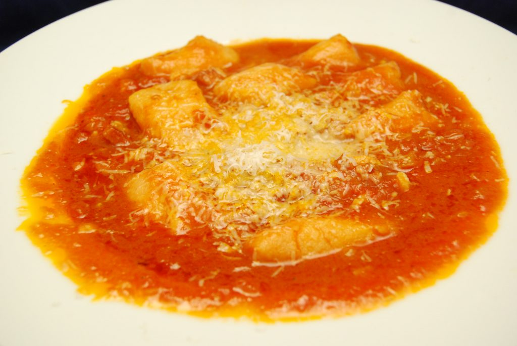 Ravioli mit Tomaten-Chili-Speck-Sugo
