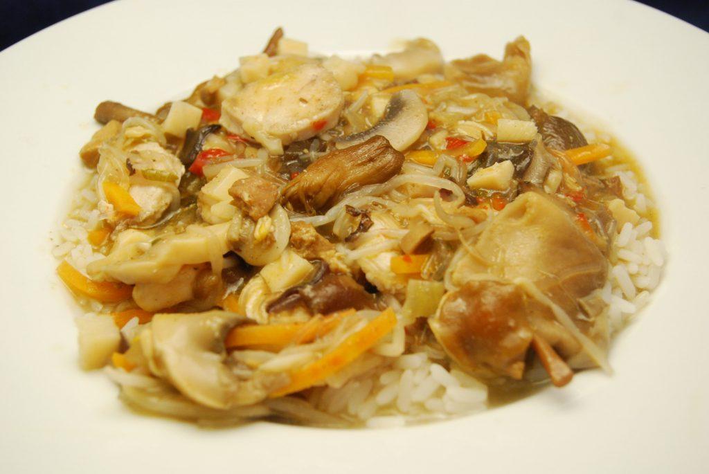 Hähnchenbrustfilet mit Wok-Pilz-Gemüse, Bihun-Sauce und Reis