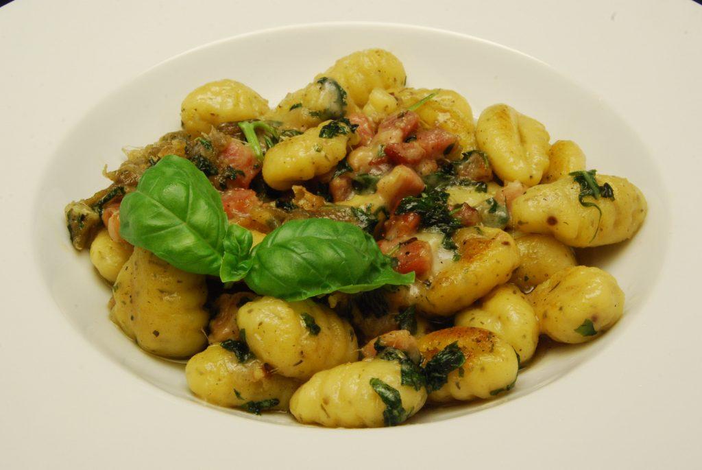 Gnocchi mit Speck, Mozzarella und Basilikum