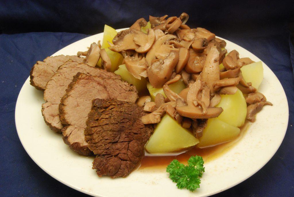 Pferdebraten mit Champignons und Salzkartoffeln in Rotwein-Sauce