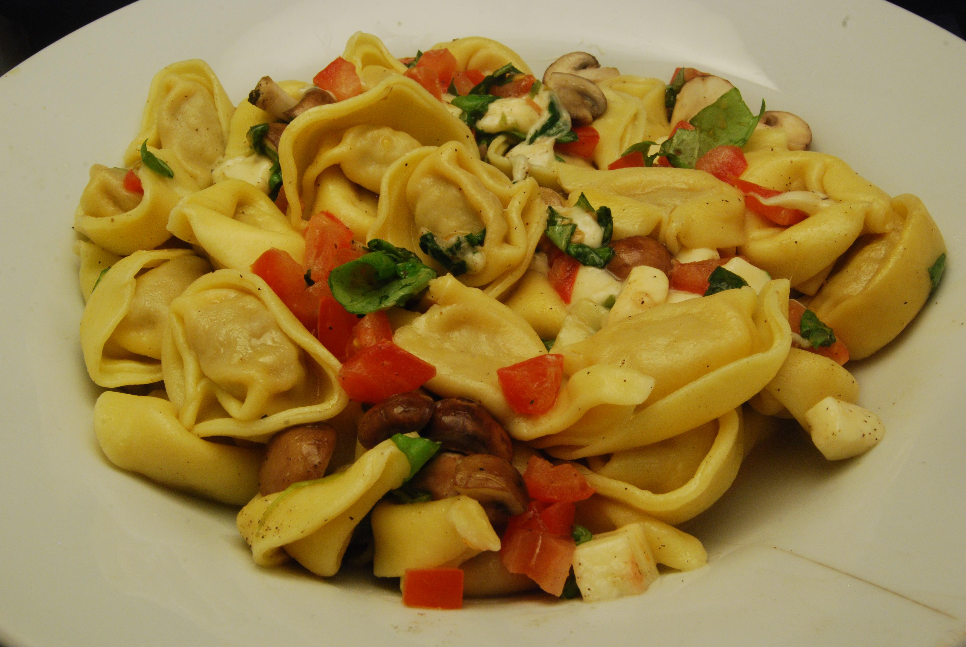 Tortellini mit Champignons, Tomate, Mozzarella und Basilikum