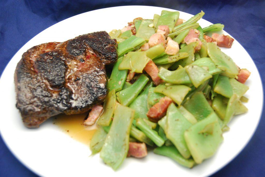 Pferde-Rumpsteak mit Bohnen-Speck-Gemüse