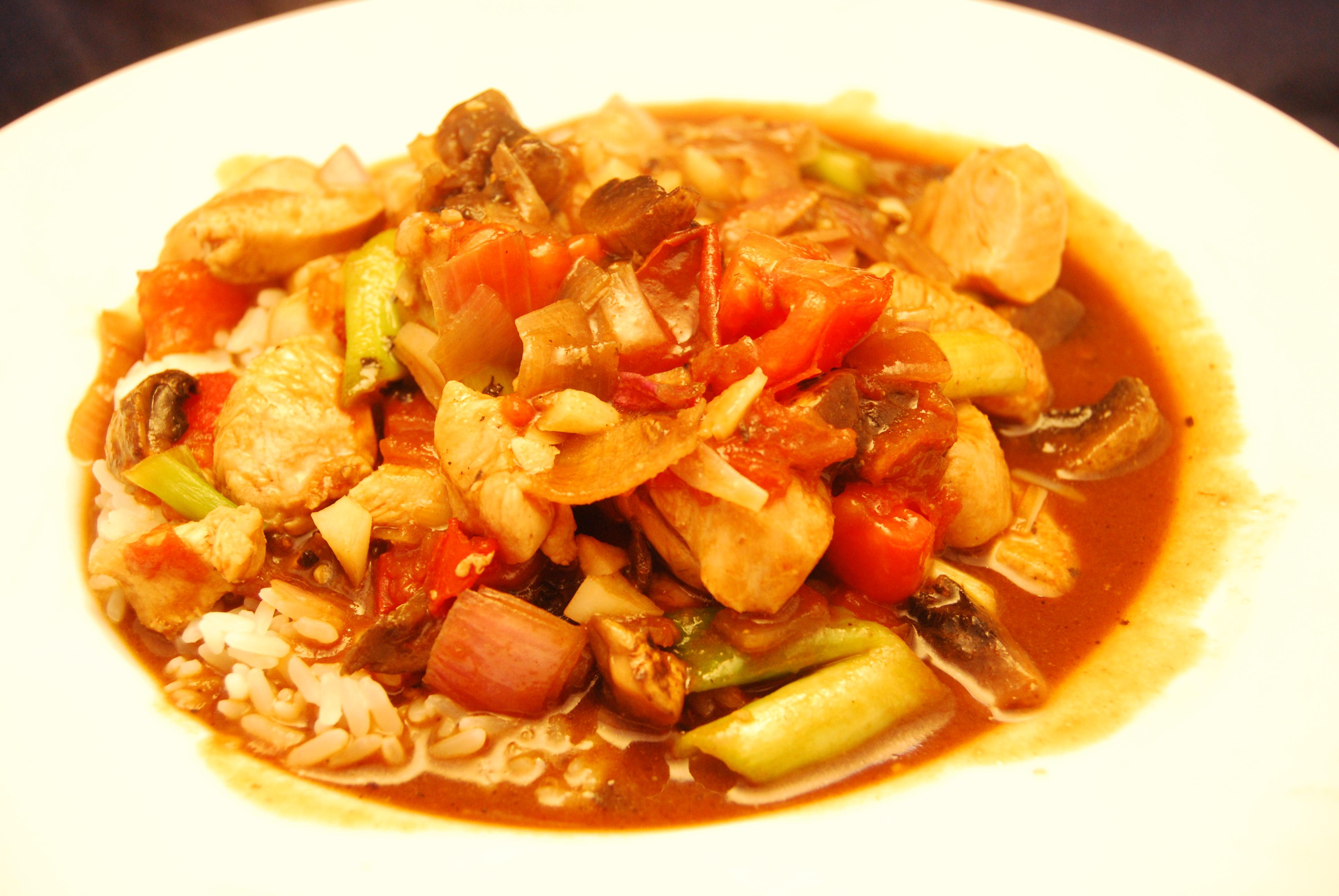 Hühnchenbrustfilet mit Gemüse in Hoisin-Sauce mit Reis