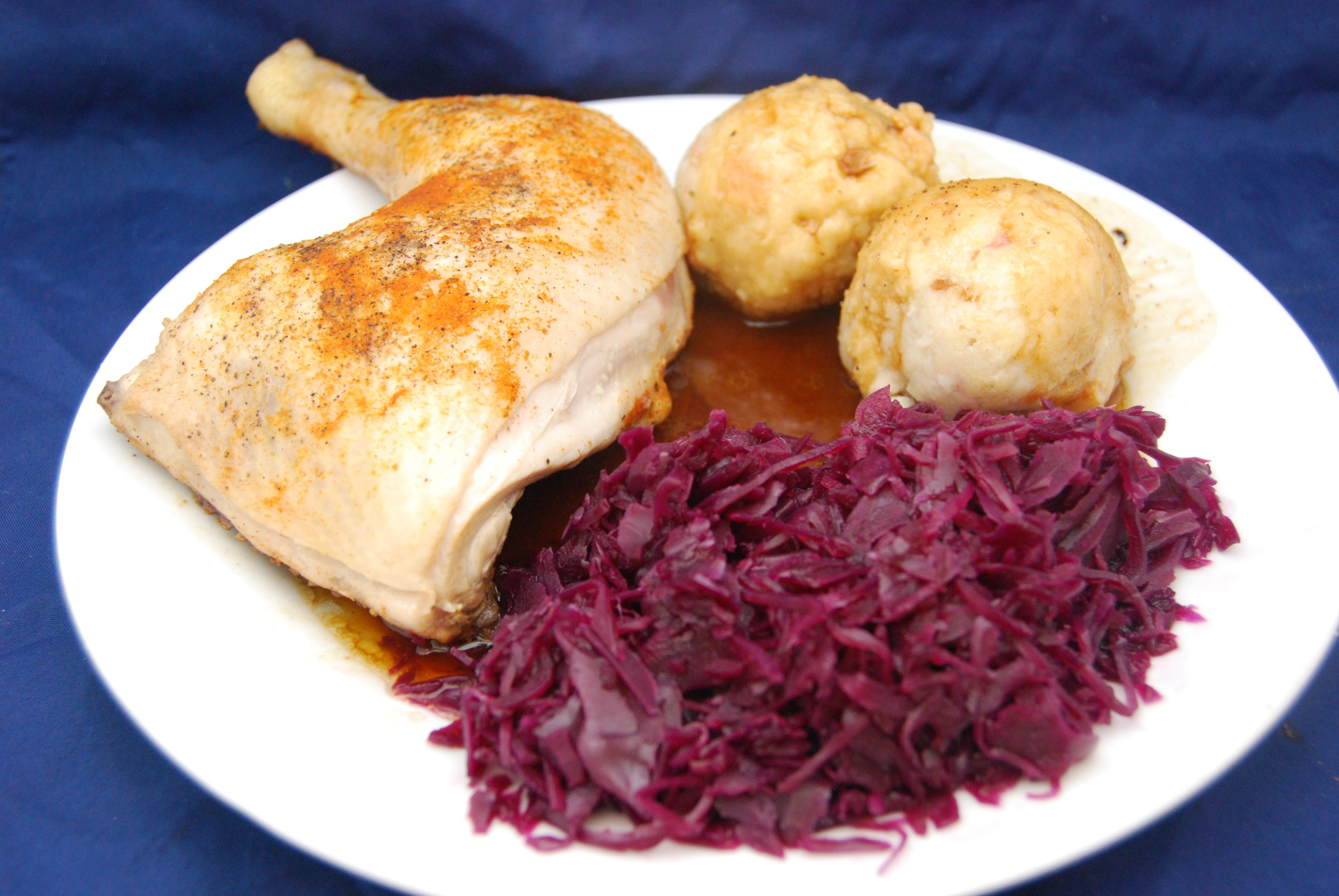 Hähnchenschenkel in Weißwein-Sauce mit Semmelknödel und Rotkraut