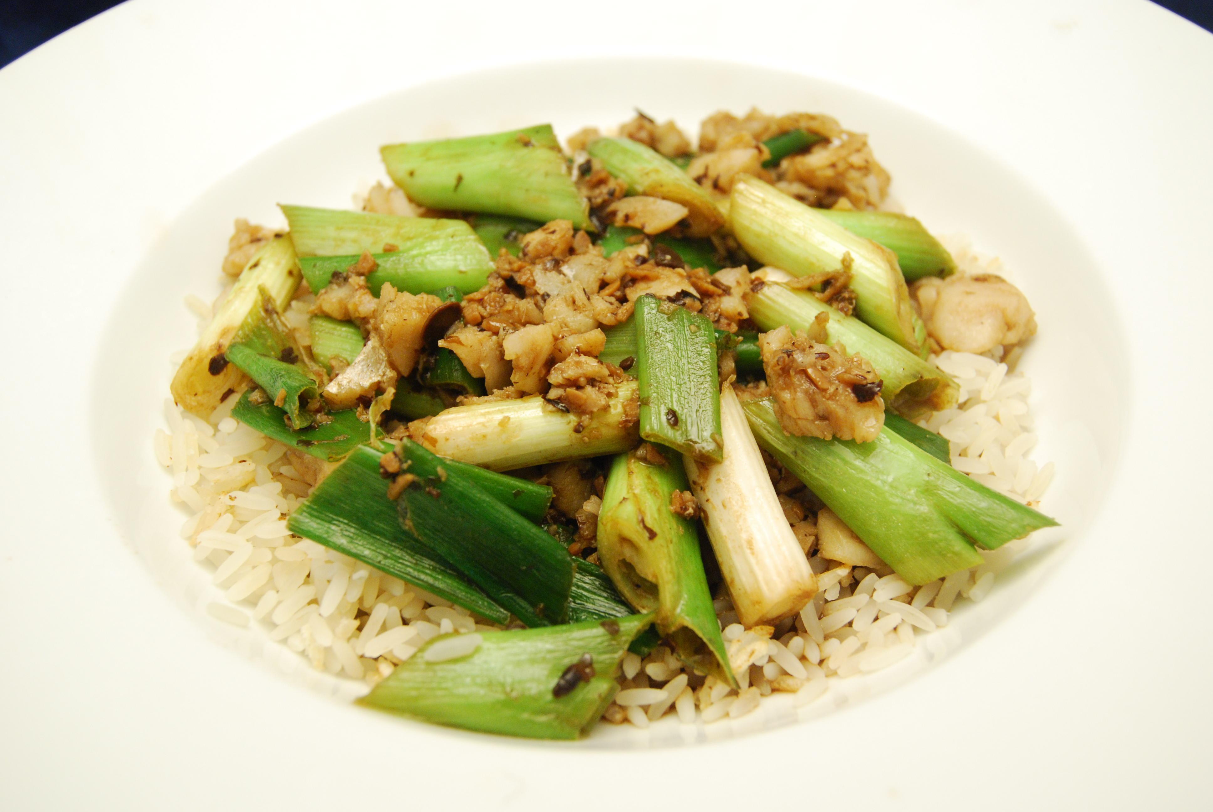 Seelachsfilet mit Lauchzwiebeln in schwarzer Bohnen-Sauce mit Reis